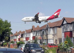 Qantas_b747_over_houses_arp